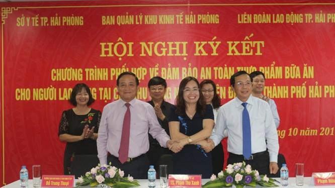 Lãnh đạo Sở Y tế Hải Phòng, Ban Quản lý Khu kinh tế và Liên đoàn Lao động thành phố ký kết Chương trình phối hợp. Ảnh: Phạm Sen