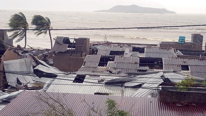 Hàng loạt căn nhà nằm bên vịnh Nha Trang bị tốc mái. Ảnh: Vnexpress