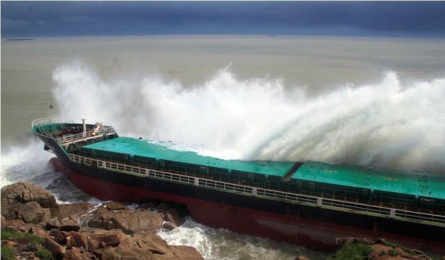 Một tàu hàng treo cờ quốc tịch nước ngoài tránh bão số 12 tại Quy Nhơn bị đánh dạt vào đá. Ảnh: Dân trí.