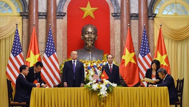 Tổng thống Mỹ Donald Trump và Chủ tịch nước Trần Đại Quang chứng kiến ký kết giữa các doanh nghiệp Việt Nam - Mỹ