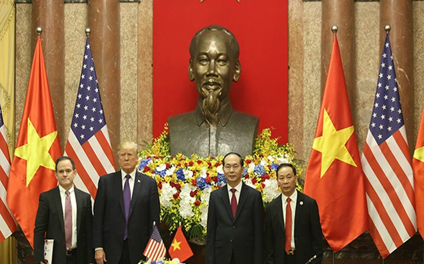 Ông Đỗ Hữu Hạ - Chủ tịch tập đoàn Hoàng Huy (phải) trong lễ ký kết với đối tác Mỹ sáng nay dưới sự chứng kiến của TT Mỹ D.Trump và Chủ tịch nước Trần Đại Quang. Ảnh: VGP