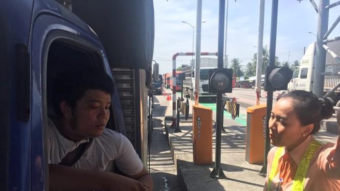 Tài xế bắt đầu dùng tiền lẻ qua trạm thu phí Cai Lậy