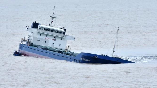 Một tàu bị chìm ở Quy Nhơn trong cơn bão. Ảnh: Zing