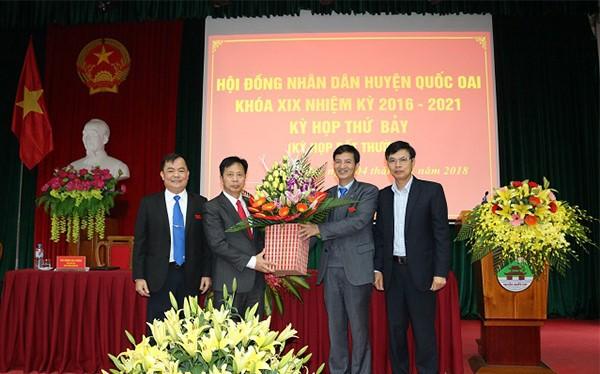 Các lãnh đạo Ban tổ chức Thành ủy, lãnh đạo huyện tặng hoa chúc mừng ông Phùng Văn Dũng - Chủ tịch HĐND huyện. Ảnh: Cổng TTĐT huyện Quốc Oai.