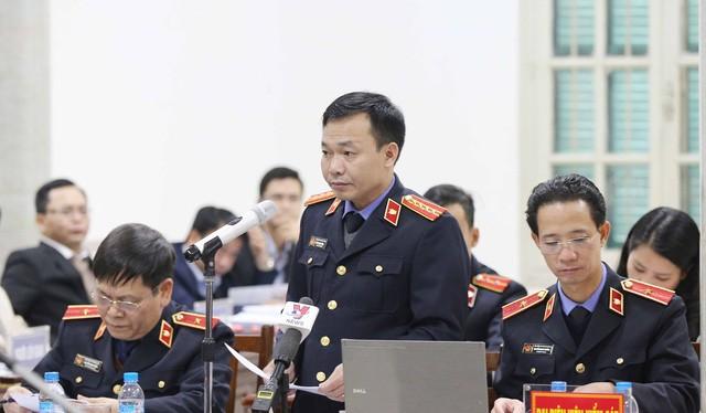 Ông Đào Thịnh Cường, đại diện Viện kiểm sát nhân dân Thành phố Hà Nội đọc bản luận tội các bị cáo. Ảnh: TTXVN