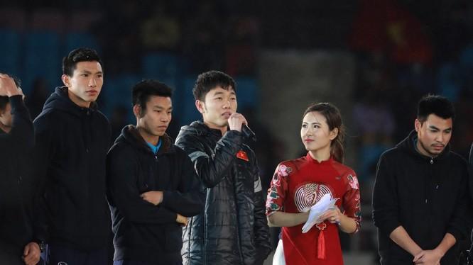 Tiền vệ Lương Xuân Trường trả lời phỏng vấn trên sân Mỹ Đình tối 28/1. Nguồn ảnh: TTXVN