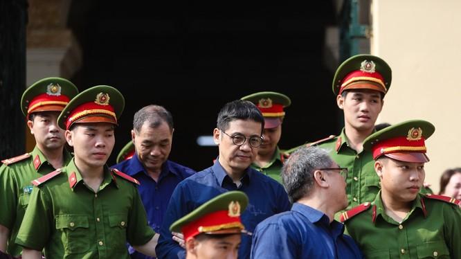 Bị cáo Phạm Công Danh, Phan Thành Mai và Trầm Bê được áp giải sau phiên tòa sáng 7/2. Ảnh: Zing