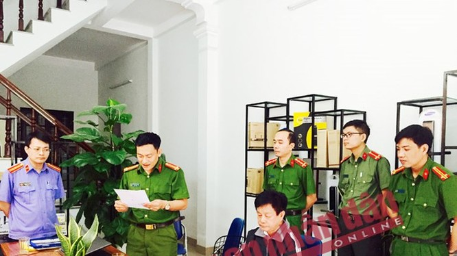 Cơ quan ANĐT Công an tỉnh Phú Thọ thực hiện lệnh khám xét trụ sở các Công ty mà Nguyễn Đình Chiến đang làm Chủ tịch HĐQT và Phó Giám đốc. (Ảnh: Báo CAND)