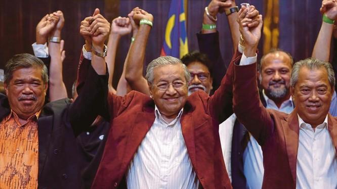 Tiến sĩ Mahathir Mohamad (giữa) sẽ trở thành Thủ tướng Malaysia. Ảnh: REUTERS