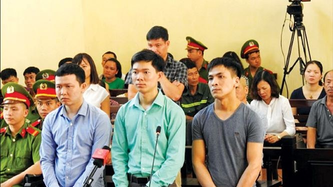 Các bị cáo trong vụ chạy thận nhân tạo tại bệnh viện đa khoa Hòa Bình. Ảnh: Tiền Phong