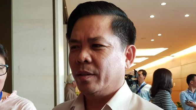 Bộ trưởng GTVT Nguyễn Văn Thể trả lời báo chí bên hành lang phiên họp Quốc hội chiều 22/5. Ảnh: Thanh Niên