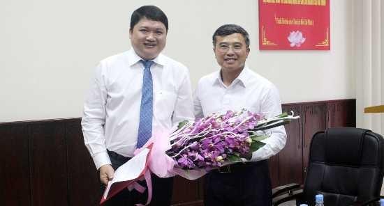 Thứ trưởng Hoàng Quốc Vượng trao Quyết định cho bổ nhiệm đối với Vũ Đình Duy. Ảnh: Bộ Công thương.