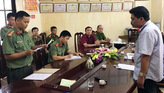 Cơ quan an ninh đọc lệnh bắt ông Nguyễn Thanh Hoài. Ảnh: Zing
