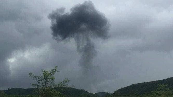 Khói bốc lên khi máy bay lao xuống đất phát nổ. Ảnh từ facebook người dân trong khu vực.