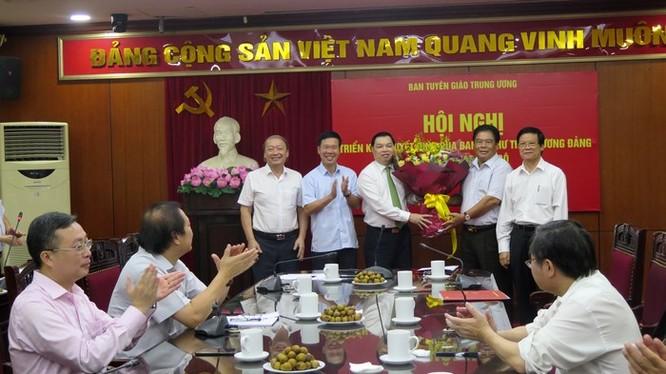 Lãnh đạo Ban Tuyên giáo Trung ương, Ban Tổ chức Trung ương chúc mừng ông Lê Mạnh Hùng. Ảnh: VGP