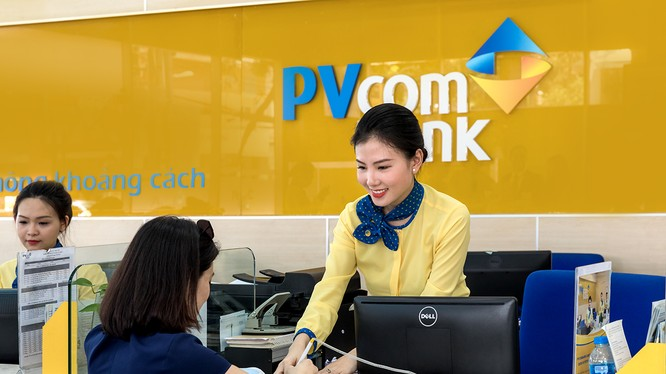 Khách hàng giao dịch tại PVcomBank