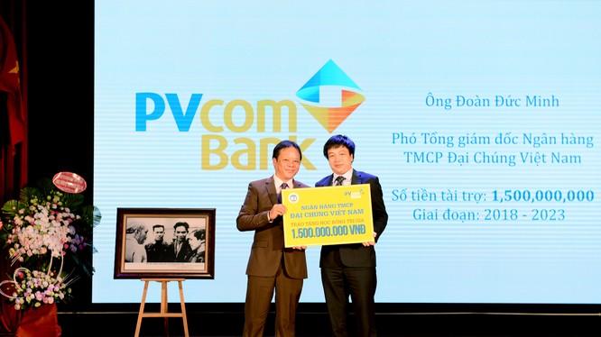 Ông Đoàn Đức Minh – Phó Tổng Giám đốc PVcomBank trao số tiền tài trợ học bổng cho sinh viên ĐH Kinh tế Quốc dân.