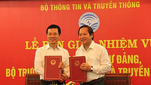 Bộ trưởng Trương Minh Tuấn bàn giao bàn giao nhiệm vụ Bí thư Ban cán sự Đảng cho Bộ trưởng TT&TT NGuyễn Mạnh Hùng. Ảnh: MIC