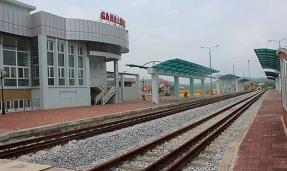 """Đường sắt Yên Viên - Hạ Long dở dang, trong khi đường sắt Lào Cai - Hải Phòng chưa biết bao giờ mới """"chuẩn"""". Nguồn ảnh: SGGP"""