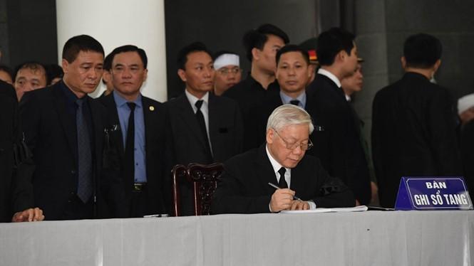 Tổng bí thư Nguyễn Phú Trọng ghi sổ tang tại lễ viếng Chủ tịch nước Trần Đại Quang sáng 26/9. (Nguồn: Thanh Niên)