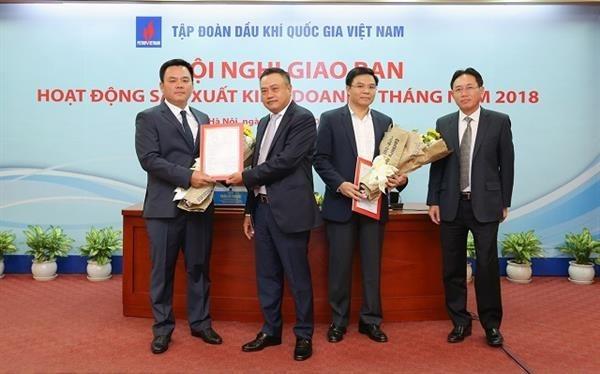 Chủ tịch HĐTV Trần Sỹ Thanh và Tổng giám đốc Nguyễn Vũ Trường Sơn trao quyết định bổ nhiệm cho các Phó Tổng giám đốc PVN. Ảnh: PVN
