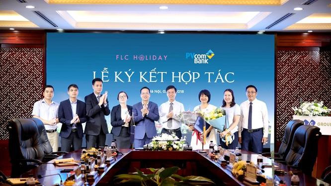 Đại diện PVcomBank và FLC Holiday ký kết hợp đồng hợp tác và trao đổi quà lưu niệm