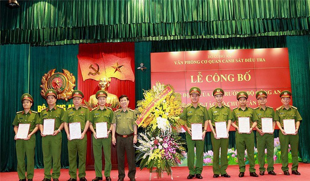 Trung tướng Trần Văn Vệ tạ Lễ công bố quyết định. Ảnh: BCA