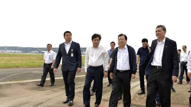 Phó Thủ tướng Trịnh Đình Dũng kiểm tra các hoạt động tại sân bay Nội Bài. Ảnh: VGP