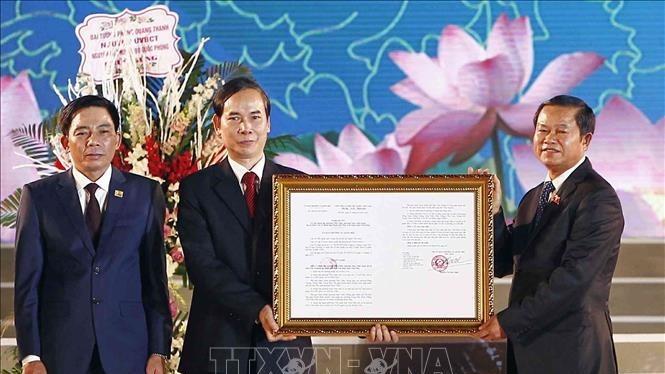 Phó Chủ tịch Quốc hội Đỗ Bá Tỵ trao Quyết định của Ủy ban Thường vụ Quốc hội thành lập thành phố Phúc Yên thuộc tỉnh Vĩnh Phúc. Ảnh: TTXVN