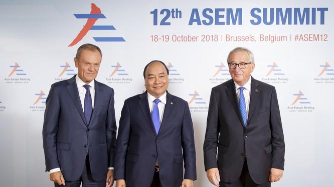 Chủ tịch Hội đồng châu Âu Donald Tusk và Chủ tịch Ủy ban châu Âu Jean-Claude Juncker đón Thủ tướng Nguyễn Xuân Phúc. Ảnh: Hội đồng châu Âu