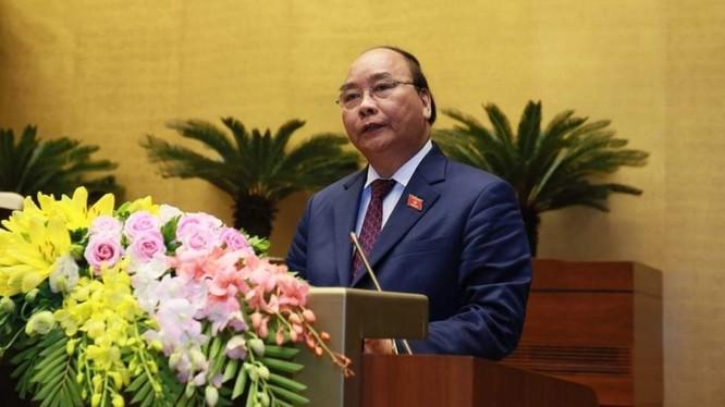 Thủ tướng Nguyễn Xuân Phúc trình bày báo cáo trước Quốc hội. Ảnh VGP/Nhật Bắc