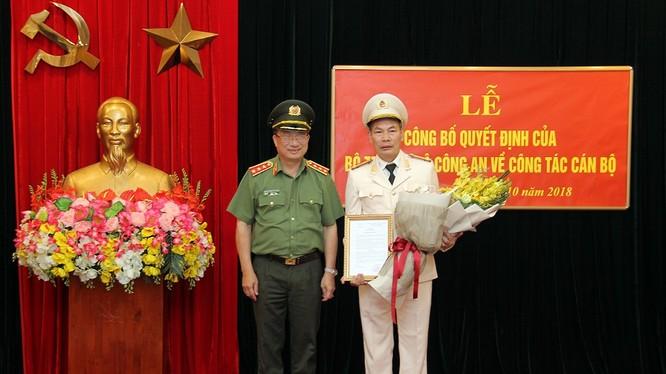 Thứ trưởng Nguyễn Văn Thành trao Quyết định điều động cán bộ của Bộ trưởng Bộ Công an cho Đại tá Đỗ Văn Hoành. Nguồn: Bộ Công an