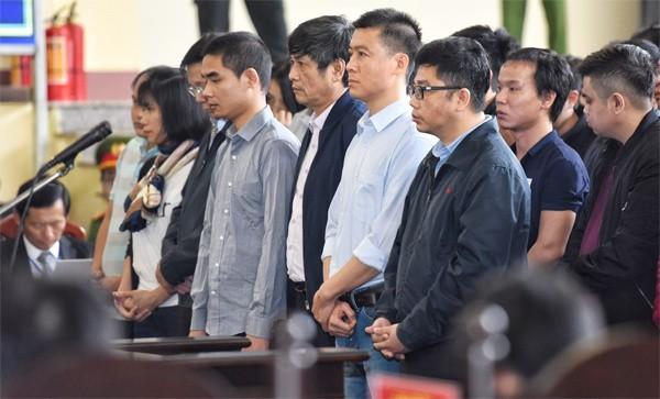 Ông Phan Văn Vĩnh (hai tay chắp chéo trước bụng, mặt cúi); Còn hàng đầu từ phải qua: Nguyễn Văn Dương, Phan Sào Nam và ông Nguyễn Thanh Hóa.
