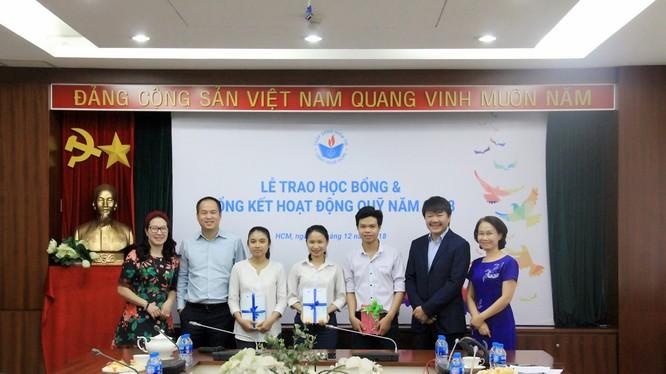 Ông Nguyễn Đình Lâm – Chủ tịch HĐQT PVcomBank trao học bổng cho 25 tân sinh viên trên địa bàn TP. Hồ Chí Minh, Cần Thơ.