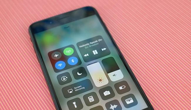 Chỉ với vài tinh chỉnh nhỏ, bạn đã có thể tiết kiệm đáng kể lượng pin trên thiết bị sử dụng iOS 11. (Ảnh: CNET)