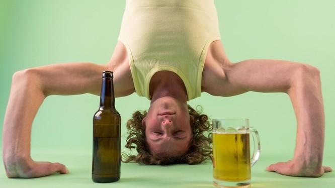 Học viên tại lớp Vinyasa Yoga cho biết bia bổ trợ rất tốt cho việc tập Yoga. Nguồn: Standard