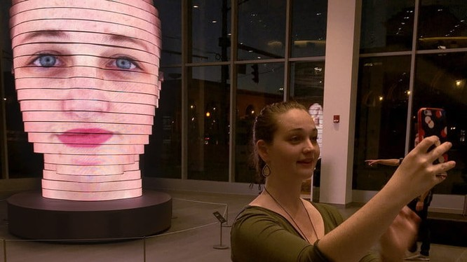 """Dự án nghệ thuật """"As We Are"""" của nghệ sĩ Matthew Mohr thu hút sự chú ý của rất nhiều khách thăm quan. Nguồn: Digital Trends"""