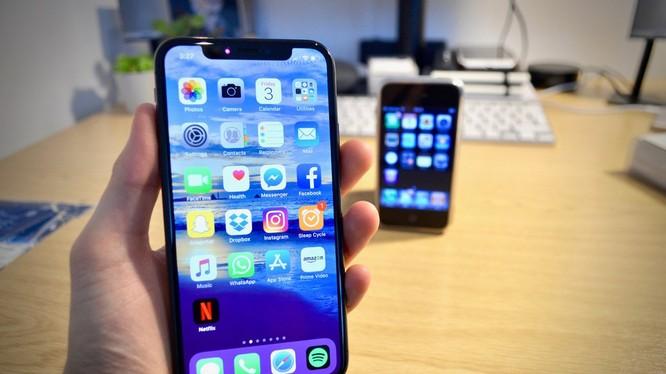 iPhone X và chiếc iPhone thế hệ đầu tiên, iPhone 2G. Nguồn: Gearbrain