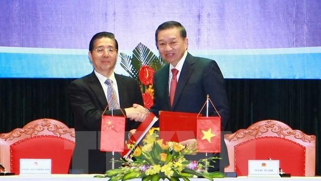 Bộ trưởng Bộ Công an Việt Nam và Bộ Trưởng Bộ Công an Trung Quốc đã ký kết Biên bản ghi nhớ kết quả Hội nghị (Ảnh TTXVN)