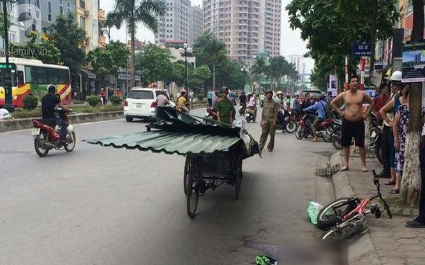 Hiện trường cháu bé đi xe đạp va chạm với xe xích lô chở tôn gây tử vong.