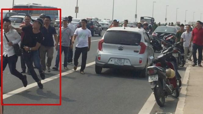 Phóng viên báo Tuổi trẻ (áo trắng) bị hành hung.