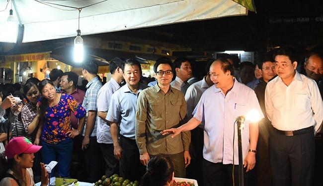 Thủ tướng kiểm tra ATTP tại chợ đầu mối Long Biên.