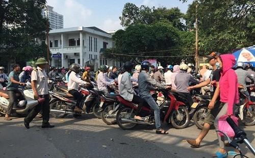 Việc đóng cửa bãi xe trong bệnh viện Bạch Mai gây phản ứng trong dư luận thời gian qua.