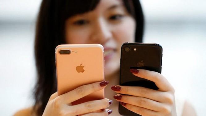 iPhone 7 Plus (trái) và iPhone 7 - Ảnh: Reuters