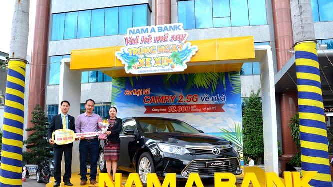 Bà Võ Thị Tuyết Nga – Thành viên HĐQT kiêm Phó Tổng Giám đốc Nam A Bank trao giải thưởng đặc biệt này cho khách hàng Nguyễn Xuân Trang.