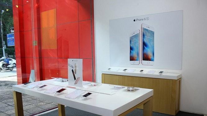 Khách hàng sẽ được trải nghiệm sản phẩm và được tư vấn bởi đội ngũ nhân viên chuyên nghiệp trong một không gian theo đúng chuẩn Apple tại FPT Shop
