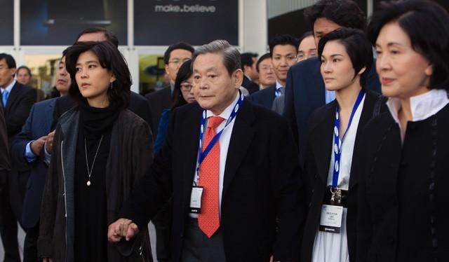 Chủ tịch Lee Kun-hee và gia đình. Ảnh: Sonyinsider.