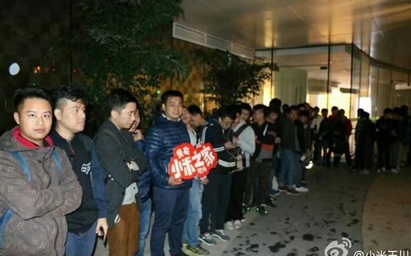 Hàng dài người xếp hình xuyên đêm để mua sản phẩm mới. Ảnh: Gizmochina.