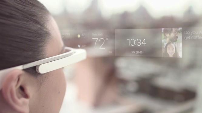 Kính Google Glass hiển thị thông tin trong góc nhìn của người dùng - Ảnh: AppleInsider