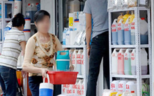 Việc buôn bán hóa chất độc hại không theo quy định diễn ra khá phổ biến tại chợ Kim Biên.